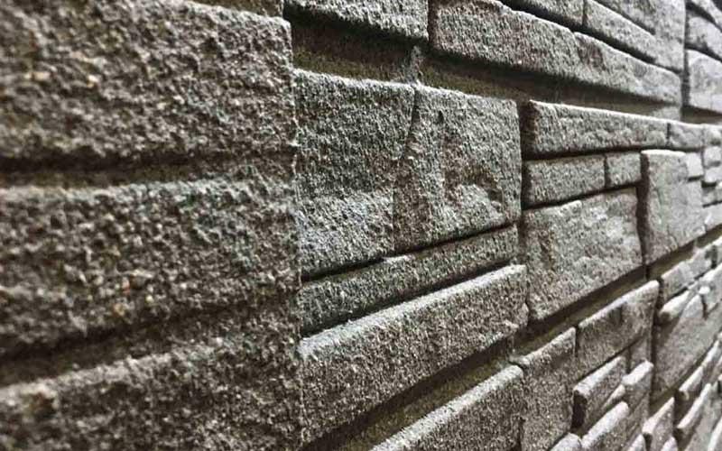 安裝、覆蓋亞仿石牆板的牆面,觸感、紋理、色彩有如真實的板岩堆疊牆面